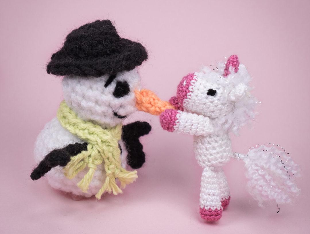 Mini-Una dekoriert den Schneemann noch mit einer Möhrennase -Fertig!