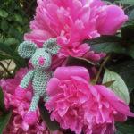 Ulrikes Mini Rosalie versteckt sich zwischen des Pfingsrosen